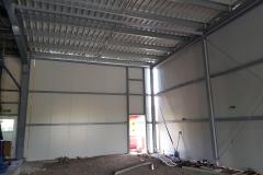 Na fotografii vidíte vnitřní prostory ocelové haly, jejíž realizaci zajišťovalo Zámečnictví Nováček s.r.o.
