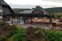 Na fotografii vidíme rekonstrukci historického horského penzionu Hradečanka. Zámečnictví Nováček s.r.o. dodalo k objektu konstrukce nové přístavby