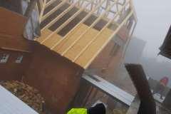 Na fotografii vidíte montáž ocelových konstrukcí rekonstruované horské chaty Hradečanka, na které se podílelo Zámečnictví Nováček s.r.o.