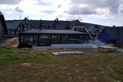 Na fotografii vidíte pohled na novou přístavbu nově zrekonstruované horské chaty Hradečanka. Zámečnictví Nováček s.r.o. dodávalo na tuto rekonstrukci ocelové konstrukce a kovovýrobu