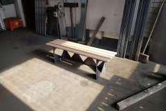Zakázkové Zámečnictví Nováček s.r.o. vyrábí také  ploty, brány a schodiště pro koncové zákazníky. Na fotografii vidíte kovovýrobu ozdobného stolu