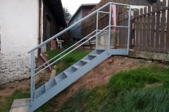 Zámečnictví Nováček s.r.o.  vyrábí taktéž železné schody, ocelové schody, zábradlí na schodiště. V detailu vidíme schodiště vyrobené zákazníkovi na míru