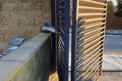 Na obrázku můžete vidět detail posuvné brány s elektrickým pohonem. V Zámečnictví Nováček vám vyrobíme ploty, plotové sloupky, brány a branky na míru dle vašich představ