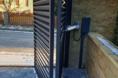 Posuvná brána s elektrickým pohonem na fotografii jako reference a ukázka práce pro koncové zákazníky. To je Zámečnictví Nováček s.r.o.
