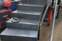 Na Zámečnictví Nováček s.r.o. se můžete obrátit i v případě, budete-li potřebovat nové železné schody nebo ocelové schody. Vytvoříme vám návrh schodiště včetně povrchové úpravy. Na obrázku vidíte železné schodiště ve výrobní hale v Antonínově Dole
