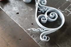 V Zámečnictví Nováček s.r.o. si můžete objednat nerezové zábradlí, plotové sloupky nebo posuvné brány. Na obrázku vidíte repasovaný ozdobný detail historického zábradlí