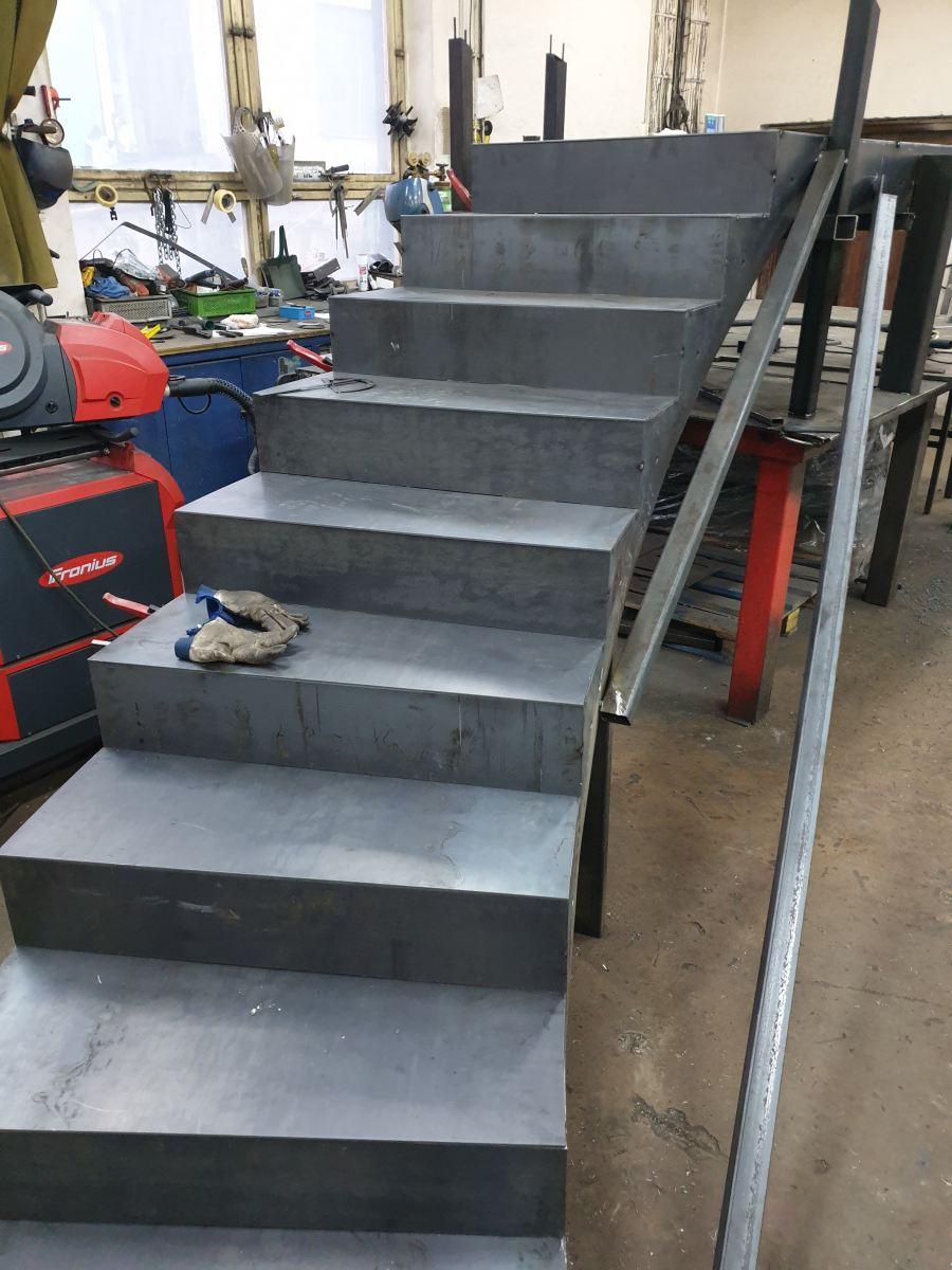 Zakázková výroba od 1 kilogramu po 60 tun. Zámečnictví Nováček můžete kontaktovat, budete-li potřeba vyrobit ploty, nerezové zábradlí, schodiště nebo výpalky. Na fotografii vidíte výrobu železného schodiště přímo v naší výrobní hale Zámečnictví Nováček s.r.o. v Antonínově Dole