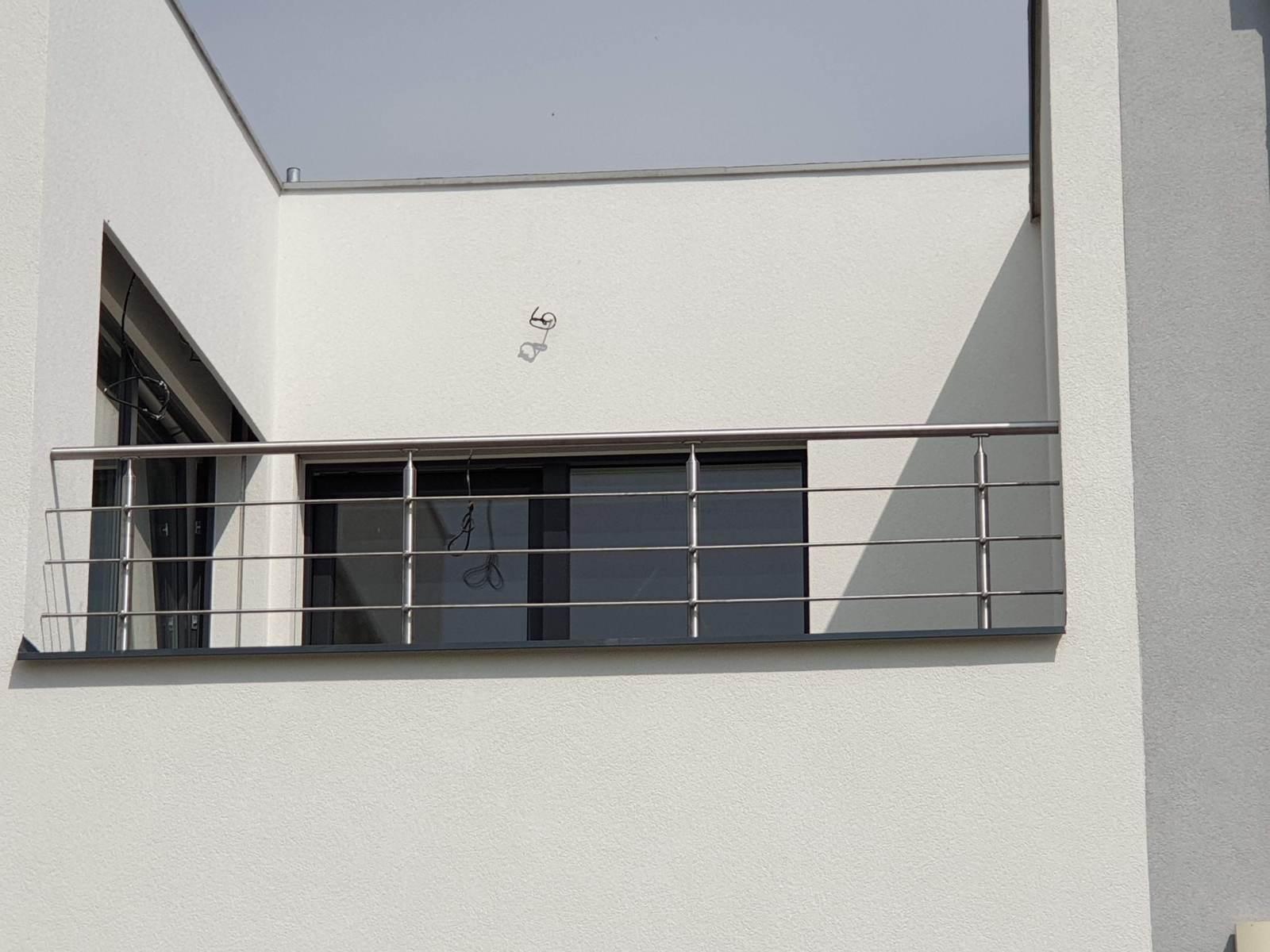 Na fotografii vidíte nerezové zábradlí na rodinném domu, konkrétně balkonové zábradlí nového rodinného domu. Jsme Zámečnictví Nováček s.r.o., specialisté na kovovýrobu, zámečnictví a ocelové konstrukce