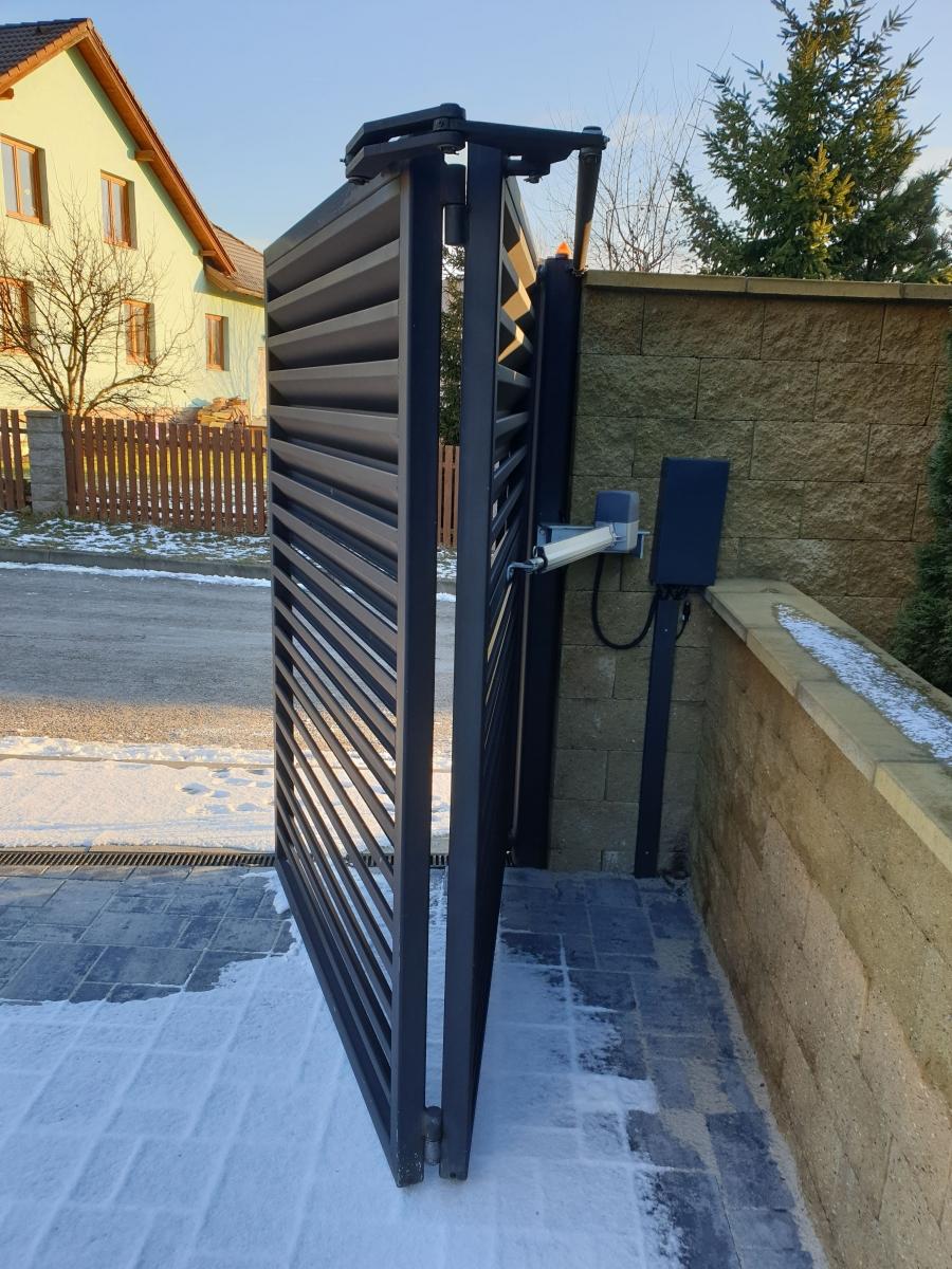 Zámečnictví Nováček s.r.o. vyrábí ploty, plotové sloupky, posuvné brány a kované ploty na míru každému zákazníkovi. Na obrázku vidíme zakázkovou výrobu posuvné brány k rodinnému domu